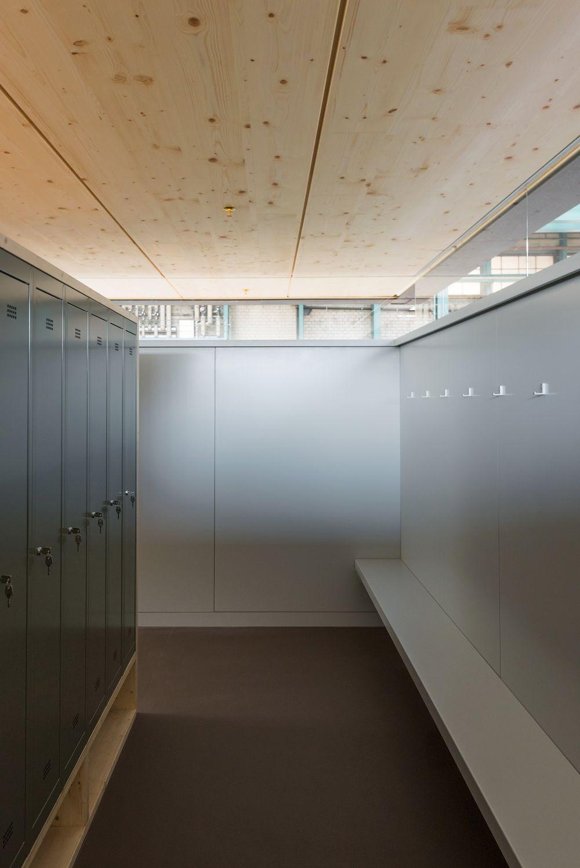 Furrer jud architekten sozialr ume f r eine werkhalle for Garderobe 8003